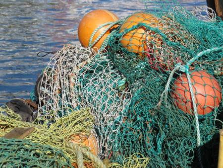 redes de pesca: Redes de pesca en el muelle en el casco antiguo de Portsmouth, Reino Unido.