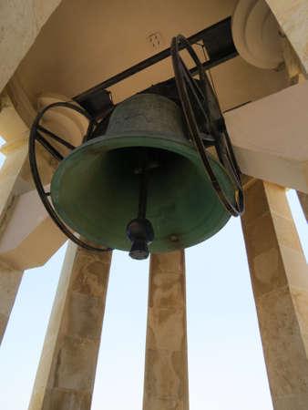 bell bronze bell: Campana de bronce en la entrada de la gran puerto de la ciudad amurallada de La Valeta, Malta.