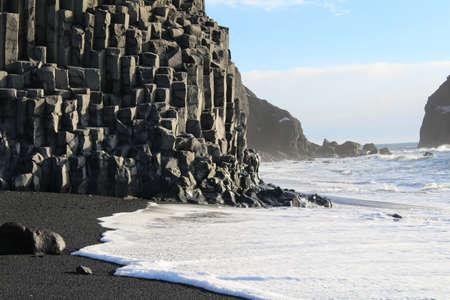 obrero: Rocas del basalto en una playa volc�nica negro en la ciudad costera islandesa de Vik. Foto de archivo