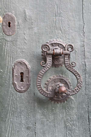 ferreteria: Accesorios de puertas en una puerta vieja en el casco antiguo de Dubrovnik. Foto de archivo
