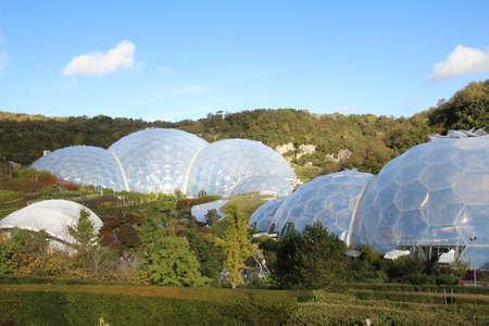 Grote biodomes die deel uitmaken van het Eden-project in Cornwall. Dit gebied was een voormalige kleiput die nu is veranderd in een oase van leven.