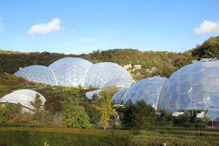 Large biodomes which form part of the Eden project in Cornwall. This area was a former clay pit which has now been turned into an oasis of life. Banco de Imagens