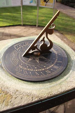 reloj de sol: Antiguo reloj de sol en un jardín.