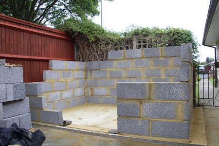 Bouw van een tuin schuur gemaakt van betonblokken. Stockfoto