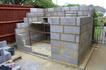 Bouw van een tuin schuur gemaakt van betonblokken.