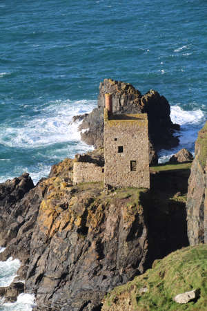 The remnants of the Crown Engine House, a tin mine in Botallack, Cornwall. Редакционное