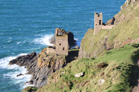 The remnants of the Crown Engine House, a tin mine in Botallack, Cornwall. Reklamní fotografie - 89275012