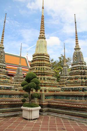 タイ・バンコクのワット・ポーの敷地内のチェディ。 写真素材