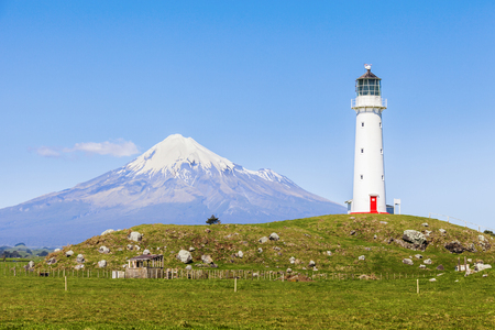 Faro de Cape Egmont y Taranaki, o Mount Egmont, en la región de Taranaki de Nueva Zelanda Foto de archivo - 94271886