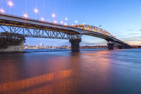 Auckland Harbour Bridge, Avond Stockfoto