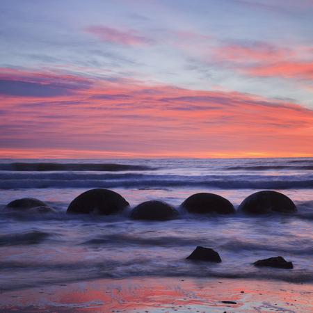 Moeraki Boulders Pink Sunrise 免版税图像