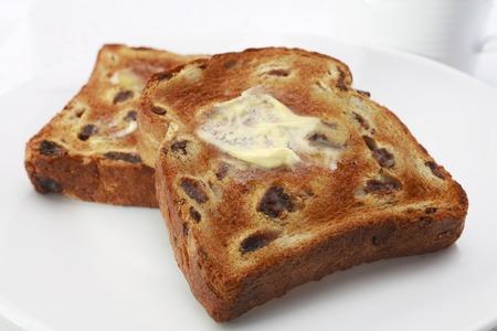 Toast alla frutta con uvetta e margarina all'olio di semi di girasole polinsaturo