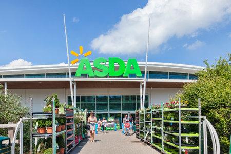 Asda Supermarket Entrance Newton Abbot 新聞圖片