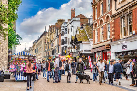 Oxford, UK. Sightseei8ng and Shopping in Cornmarket Street 新闻类图片