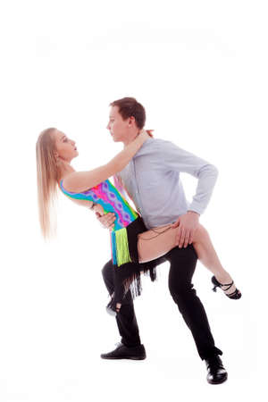 bailando salsa: sensual pareja de baile de salsa en el fondo blanco