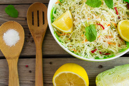 limón: Vitamin cabbage salad with carrots and lemon juice, top view