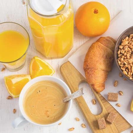 maiz: Desayuno concepto - el zumo de naranja, croissants, caf� y aire de trigo sobre un fondo blanco