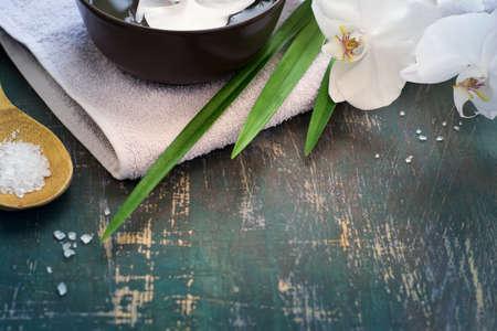 Spa-Hintergrund mit weißen Orchideen. Platz für Text.