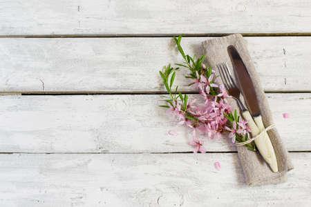 Spring tabel met amandel bloemen en bestek, vakantie achtergrond