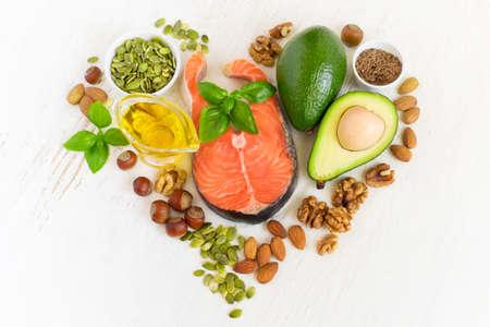 Conjunto de alimentos con grasas healthyl y ácidos grasos omega-3, dispuestas en forma de un corazón. concepto de la salud Foto de archivo