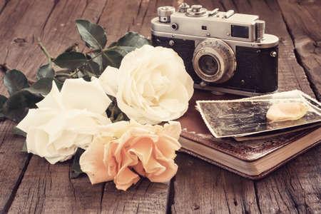 Rosas fotos de familia y la cámara vieja, tono de la vendimia. Foto de archivo