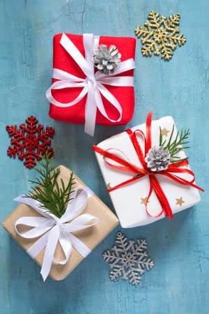 enebro: Various Christmas boxes of gifts festively decorated On a blue background.