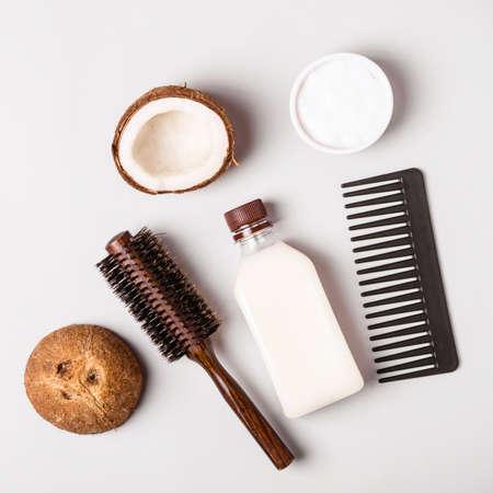 Kokosöl und und Kämme. Haarpflegekonzept.