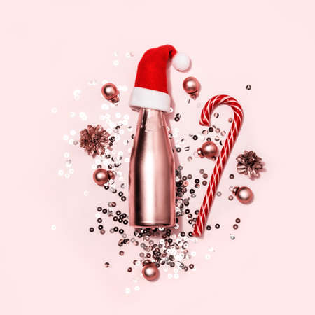Monochrome Christmas greeting card. Golden champagne in Santa hat, candy cane and sparkles. 스톡 콘텐츠 - 133027480