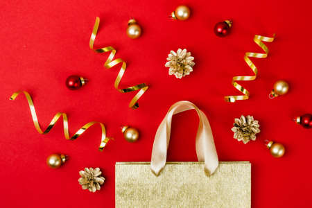 Gold Paper shopping bag and decor on red Stockfoto