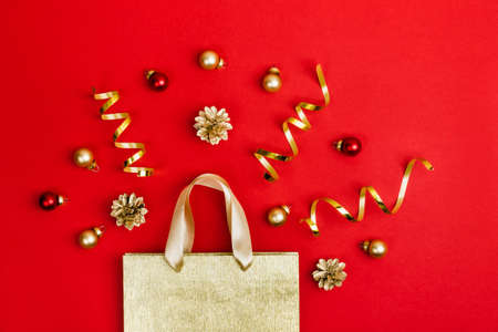 Golden Paper shopping bag, cones and balls on red Stockfoto
