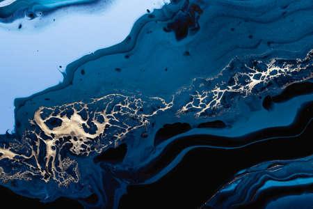 Acrylic Fluid Art. Liquid gold spill on dark blue waves of abstract ocean. Marble effect background or texture Standard-Bild