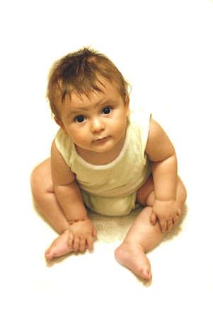 mesi: Small baby  8 months  sitting, background and white floor, with undershirt and diaper  Piccolo bambino  8 mesi   seduto, sfondo e pavimento bianco, con canottiera e pannolino