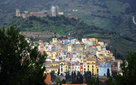 colourful houses: Las coloridas casas de Bosa en Cerde�a, pueblo italiano pintoresco Foto de archivo