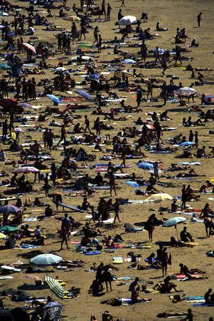 bathers: Beach a Biarritz, in Francia, piena di bagnanti