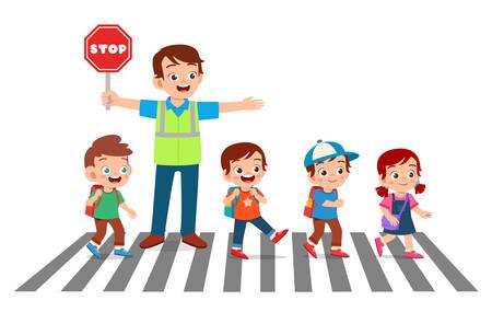 glücklicher guter Mann hilft Kindern, die Straße zu überqueren