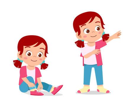 heureuse petite fille mignonne faisant le processus d'habillage