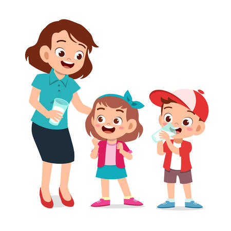 mignons enfants heureux avec maman boivent du lait