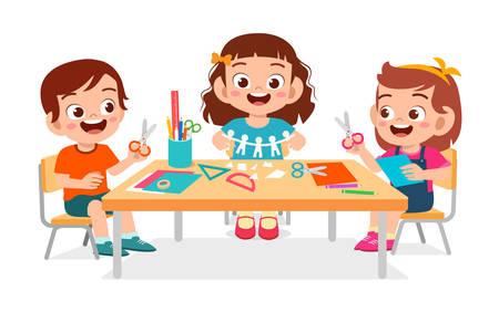 heureux mignons petits enfants garçon et fille font du papier
