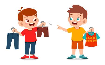 glücklicher süßer kleiner Junge wählt Kleidung aus
