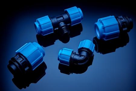 Stellen Sie Sanitär und Werkzeuge auf einen grünen Hintergrund. Der passende, verstellbare Schraubenschlüssel für Rohrleitungen und Armaturen