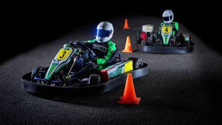 Moscú-30 de diciembre de 2019. Preparación de equipos de carreras para la última sesión de entrenamiento de karts del año para atletas jóvenes.