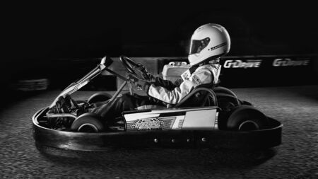 Moscow-December 30, 2019. Preparing racing teams for the last karting training session of the year for young athletes on an indoor track. Stockfoto