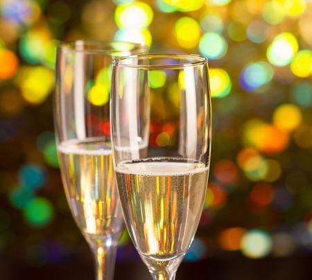 sektglas: Pair Glas Champagner und Champagner-Flasche auf Bokeh Hintergrund Lizenzfreie Bilder