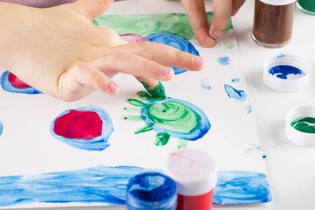 Dítě paiting barvu prsty