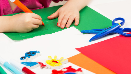 engrapadora: Child makes application of colored paper