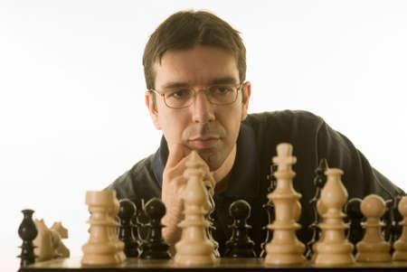 ajedrez: joven jugando al ajedrez aislados contra un fondo blanco Foto de archivo