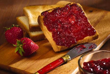 mermelada: tostadas con mermelada de cerezas de aperitivos y fresa Foto de archivo