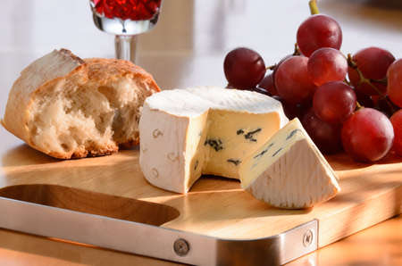 pan y vino: composición con queso azul, uva, el pan y el vino tinto