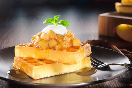 waffles: waffles con manzana en dados cocido, canela, jarabe de caramelo y yogur relleno Foto de archivo