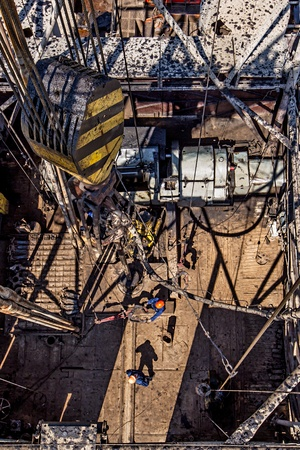 torres petroleras: Los trabajadores en un pozo de gas preparar el taladro mientras que la minería del gas natural